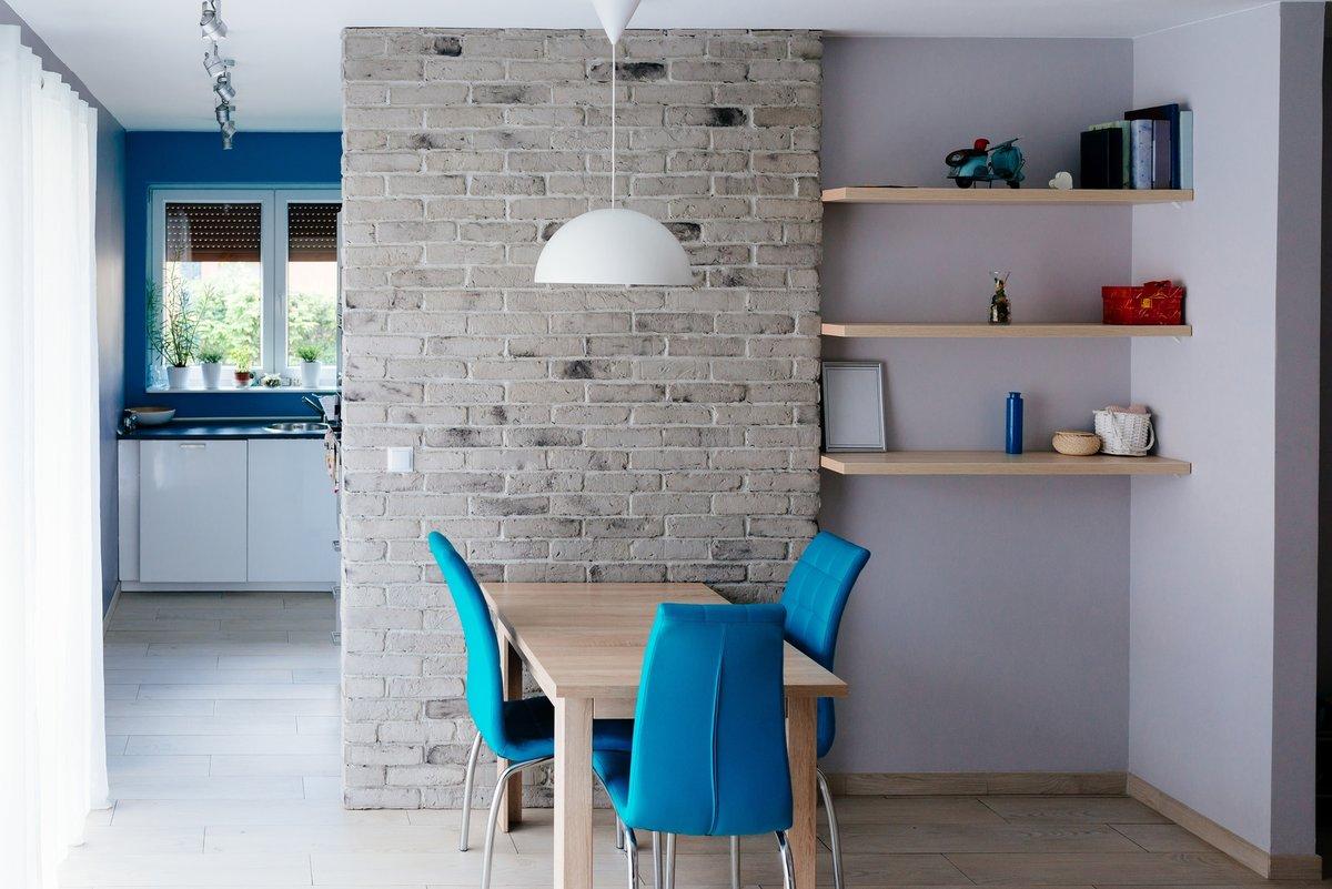 cegła na ścianie, stół dla 4 osób, mały stół